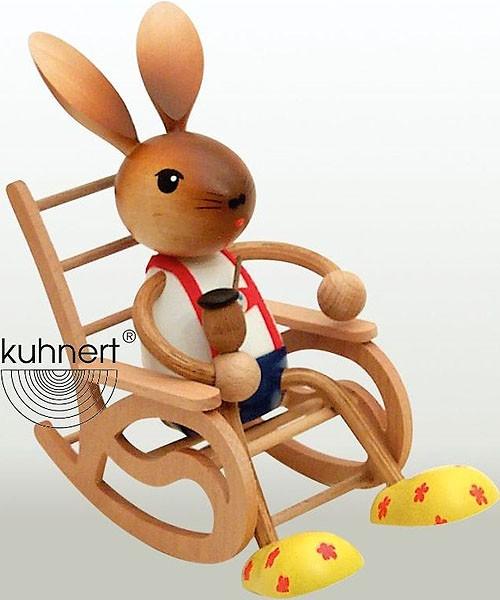 Drechslerei Kuhnert Hasenjunge im Schaukelstuhl mit Pfeife
